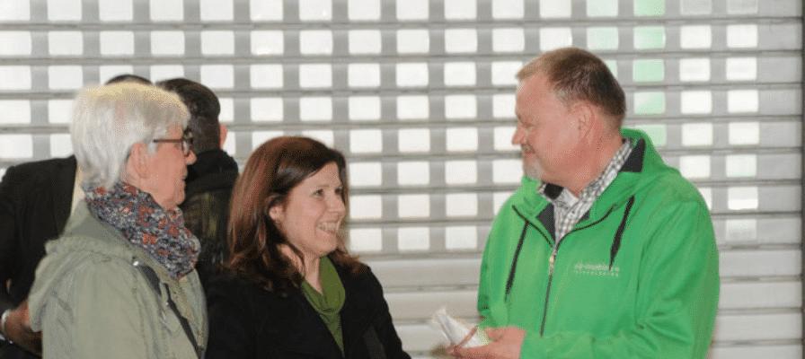 e-motion Mitarbeiter im Gespräch mit Kundinnen