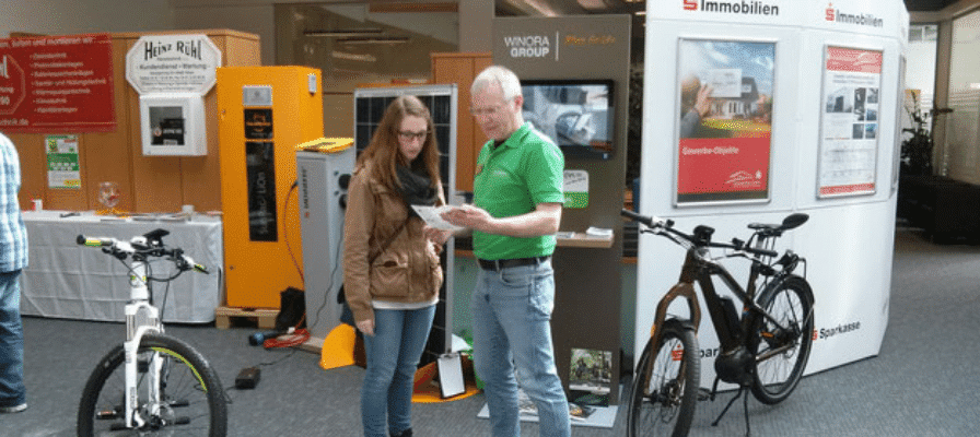 Mann erklaert Frau e-Bike