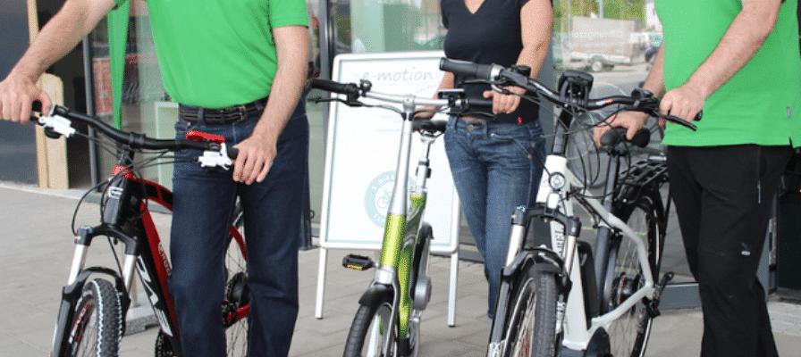 Menschen mit e-Bikes