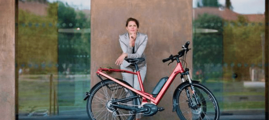 Büroangestellte mit e-Bike
