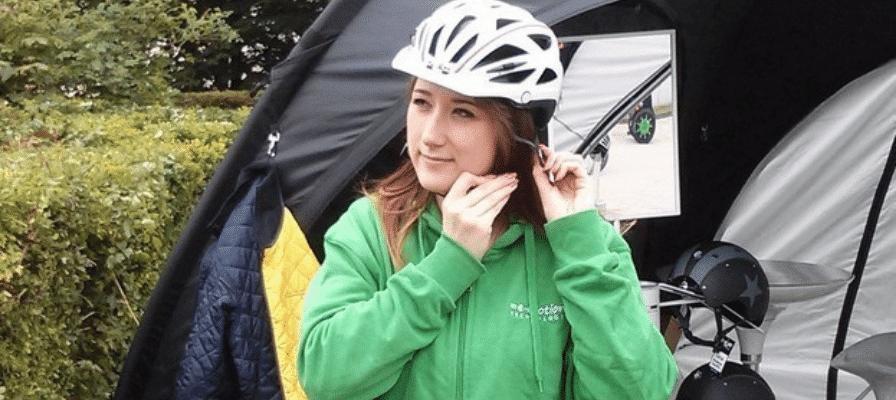 Frau mit Fahrradhelm