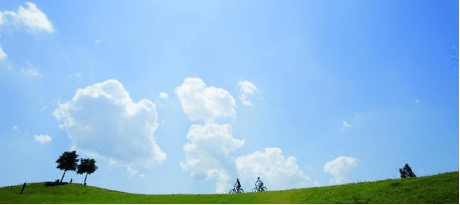 Päärchen im Urlaub auf dem e-Bike