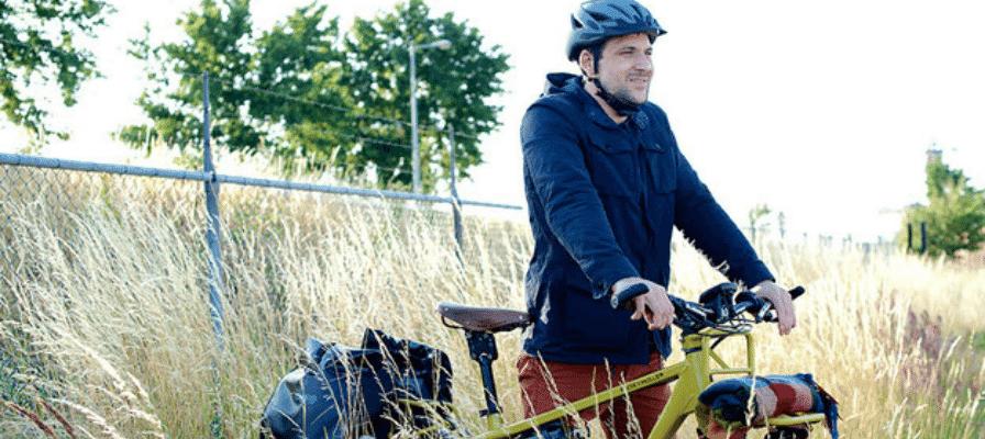 Mann mit e-Bike auf Wiese