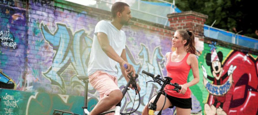 e-Bikes vor Graffiti-Wand