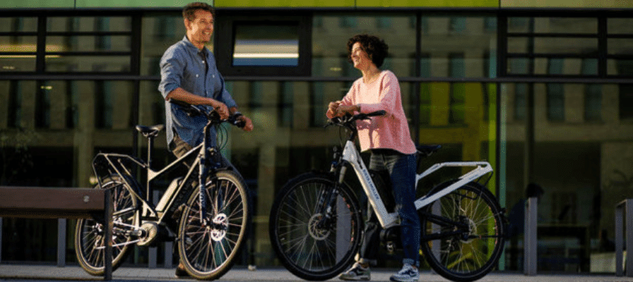 Päärchen auf e-Bikes