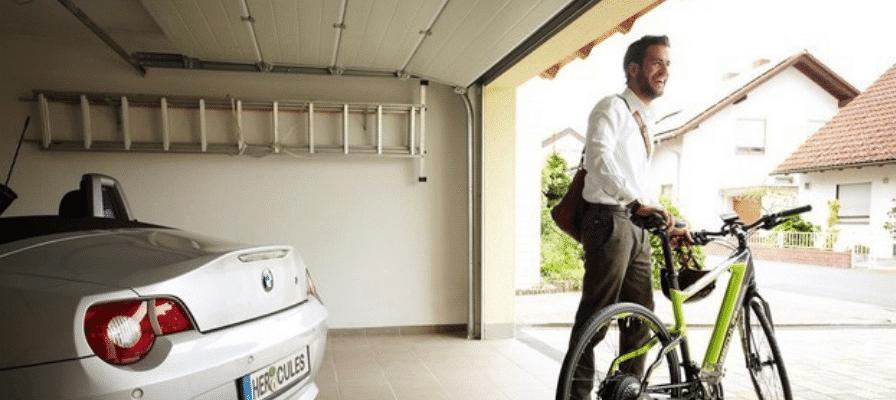 Mann mit e-Bike und BMW