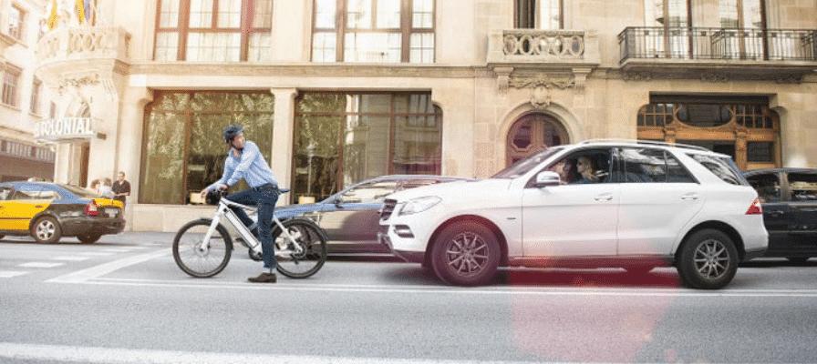 Berufspendler auf einem e-Bike im Stadtverkehr