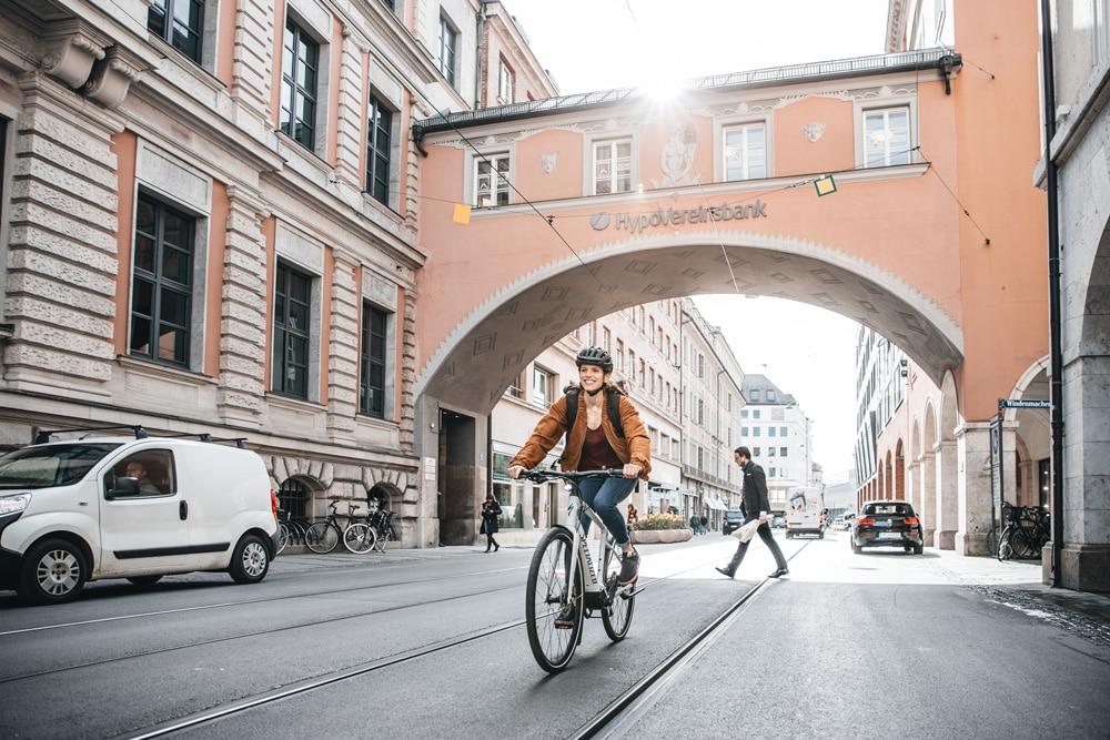 Specialized e-Bike mit Frau in München