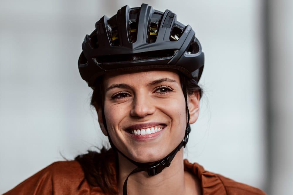 Lachende Frau mit Helm Specializied_Vado_Nahaufnahm