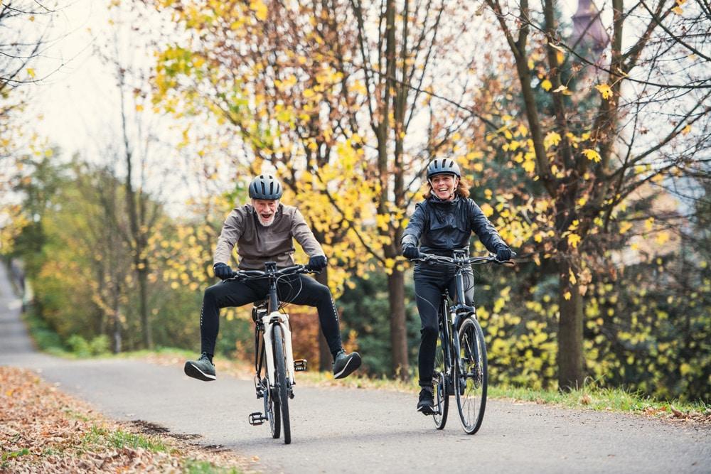 Ein älteres Ehepaar fährt auf seinen e-Bikes