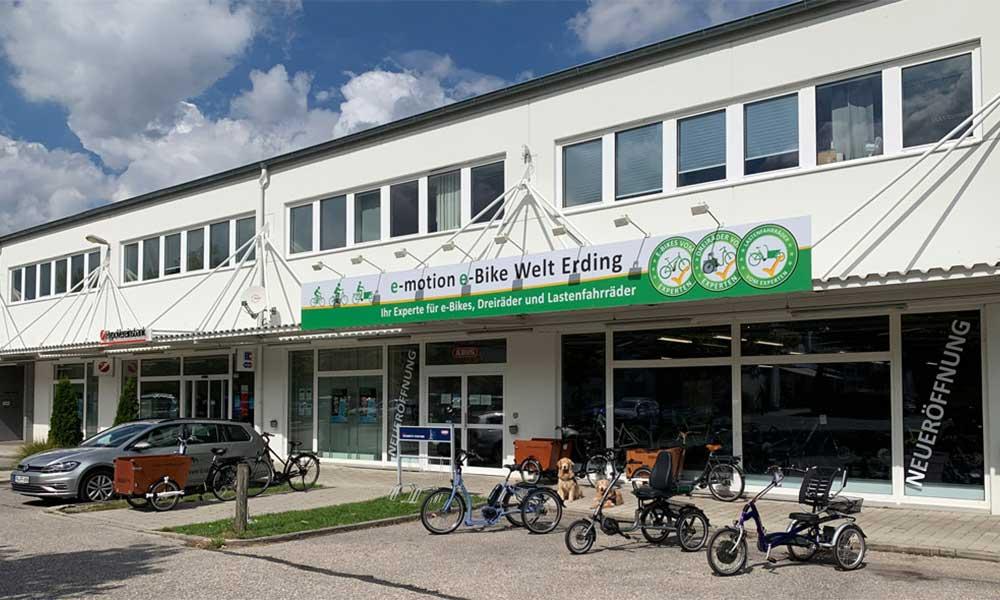 Die Außenansicht der e-motion e-Bike Welt Erding mit einigen e-Bikes und Lasten e-Bikes vor der Eingangstüre