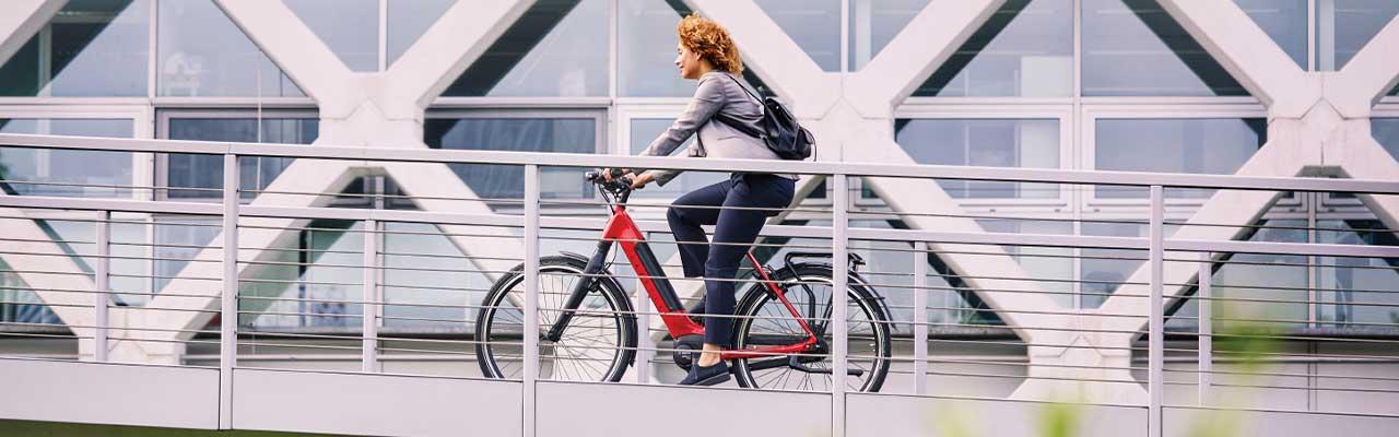 Der Weg zur Arbeit durch die Stadt auf einem Gazelle e-Bike