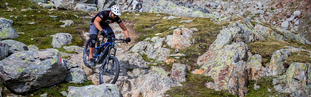 Ein Mountainbiker auf einem M1 in den Bergen