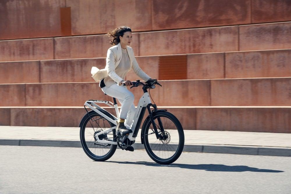 Frau fährt auf dem neuen Homage von Riese & Müller durch die Stadt
