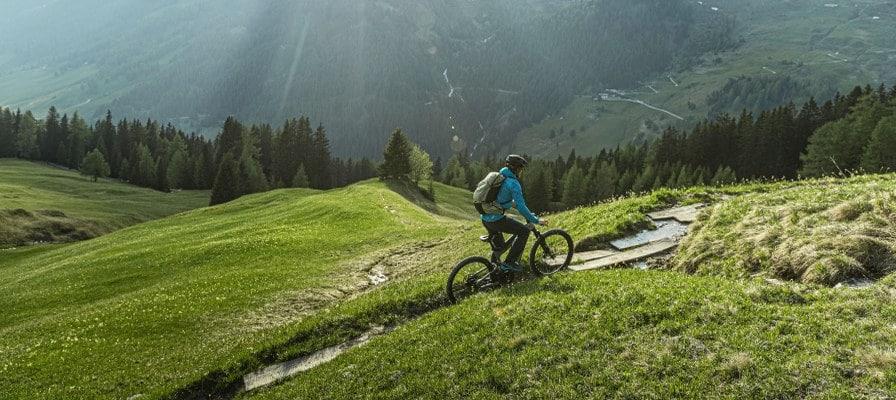 Mountainbiker fährt mit Riese & Müller Superdelite durchs Gebirge