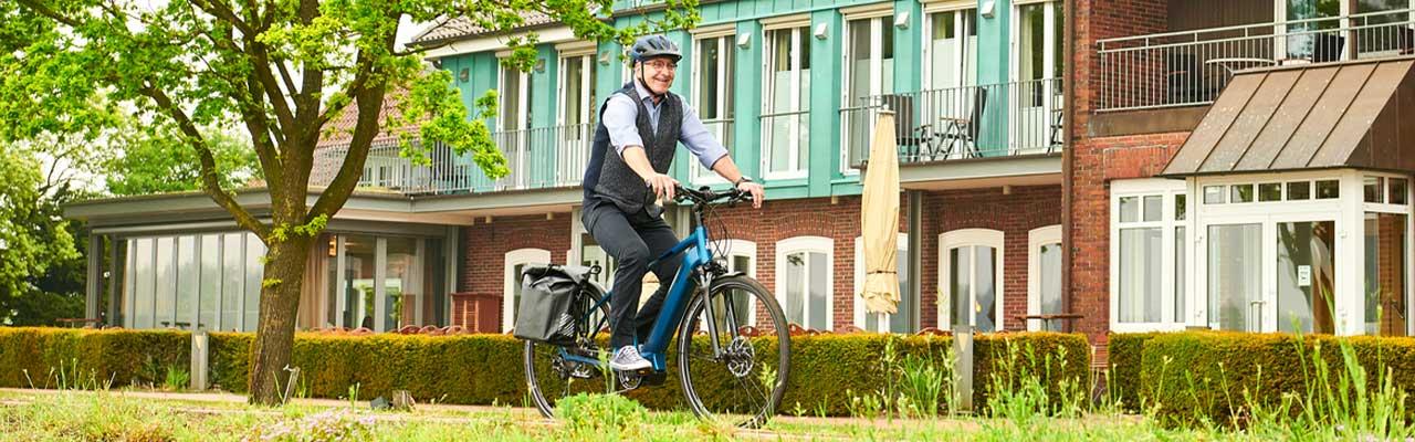 Ein Mann fährt ein Raleigh e-Bike im Grünen