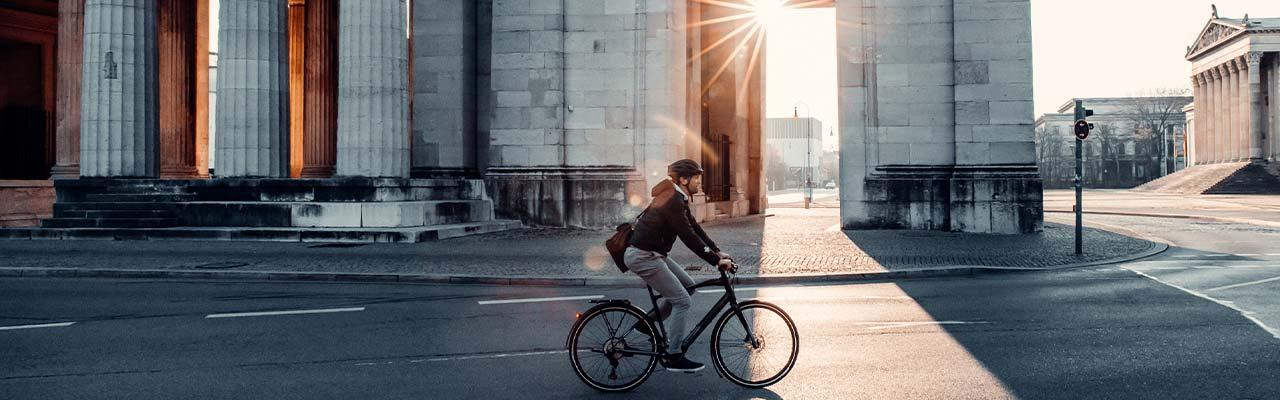 Ein Mann fährt aus einem Specialized e-Bike durch die Stadt