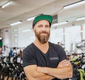 """• leidenschaftlicher Dirt- und BMX Fahrer <br>• """"Wenn ich Hannibal wäre, würde ich die Elefanten zu Hause lassen und mit meinem E-Bike die Alpen überqueren"""""""