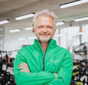 """• Leasing & Finanzierung<br>• liebt mehrtägige Radtouren<br>•""""Beim e-Bike fängt der Spaß da an, wo er beim normalen Fahrrad aufhört..."""""""
