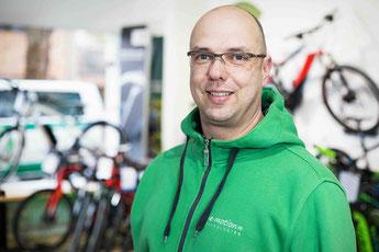 • 26 Jahre Branchenerfahrung<br>• findet auch in speziellen technischen Fällen immer eine Lösung <br>• liebt auch stärker motorisierte Zweiräder