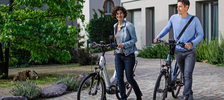 Riese und Müller City e-Bikes mit zwei Fahrern