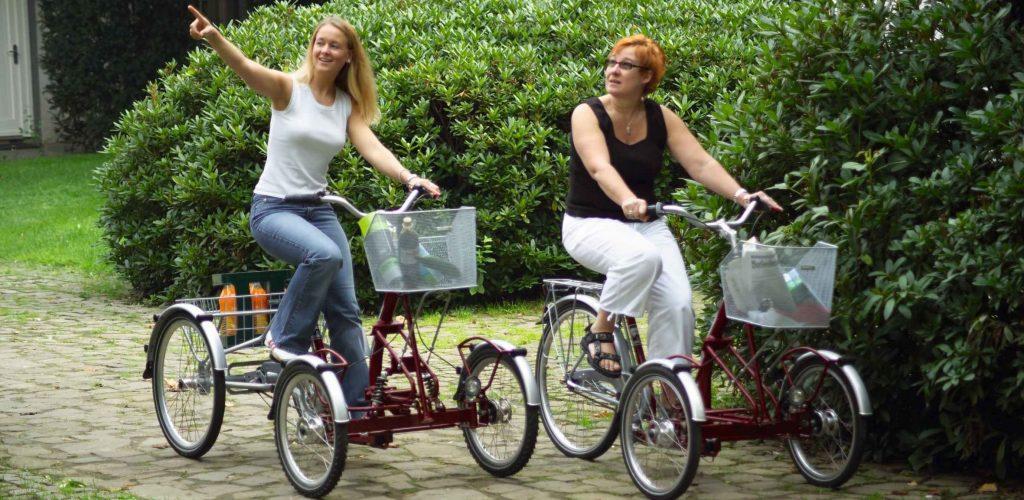 Zwei Front Dreiräder für Erwachsene mit Fahrerinnen