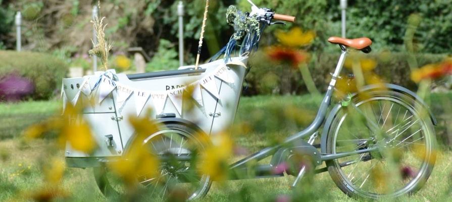 Babboe Lasten e-Bike als Hochzeitgefährt dekoriert auf einer grünen Wiese