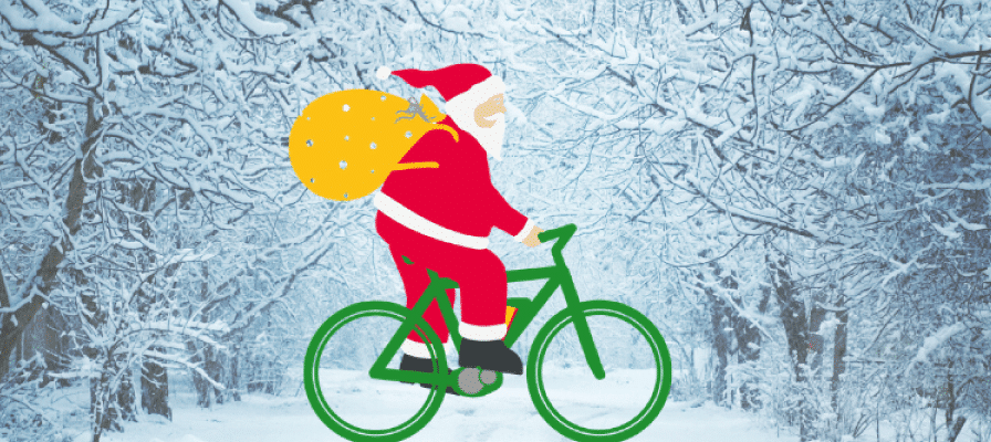 Ein Weihnachtsmann fährt auf einem grünen e-Bike durch eine verschneite Landschaft