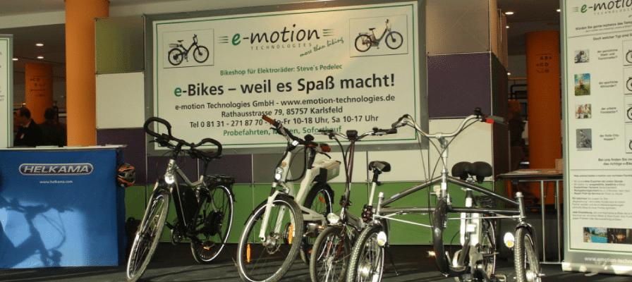 Ein e-motion Plakat im Hintergrund und eine große Anzahl an verschiedenen e-Bikes