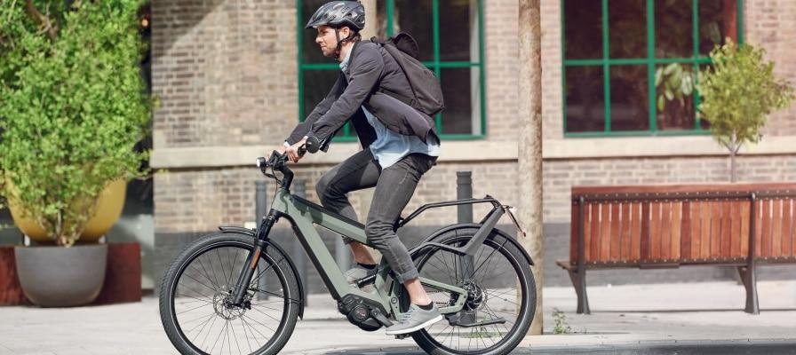 Mann fährt auf seinem e-Bike durch die Stadt
