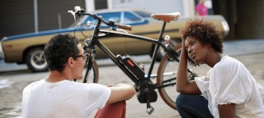 Paar diskutiert über e-Bike