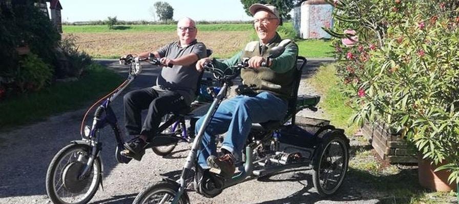 Zwei glückliche Kunden auf ihren Dreirädern