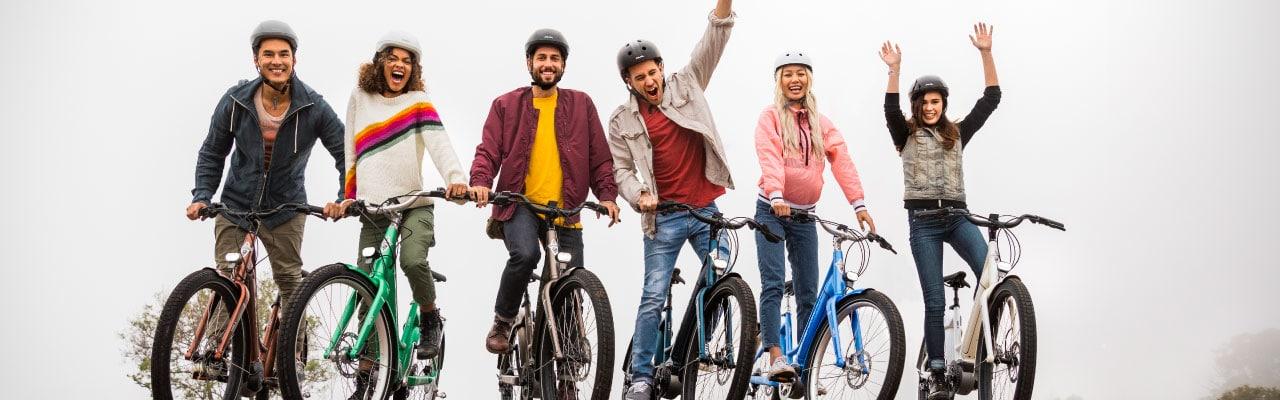 Eine Gruppe von Personen auf Electra e-Bikes
