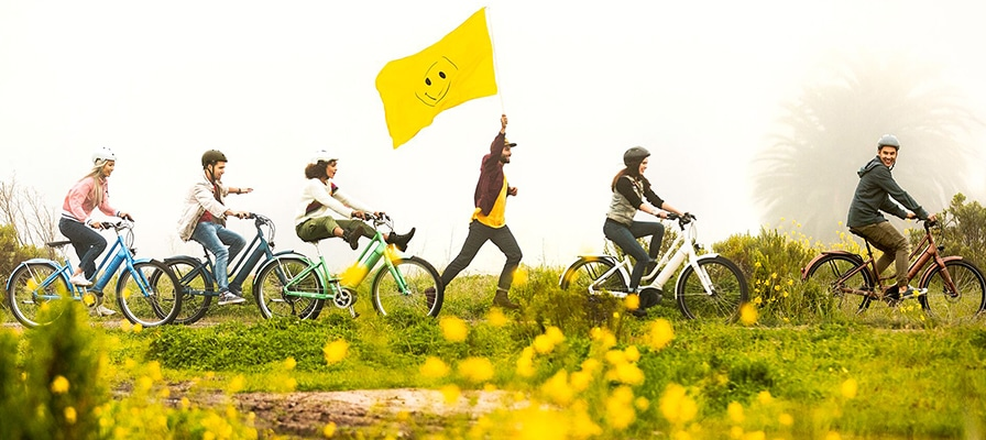 Viele Menschen auf den e-Bikes von Electra in der Natur