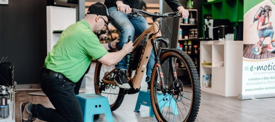 Mitarbeiter stellt die Ergonomie am e-Bike des Kunden ein