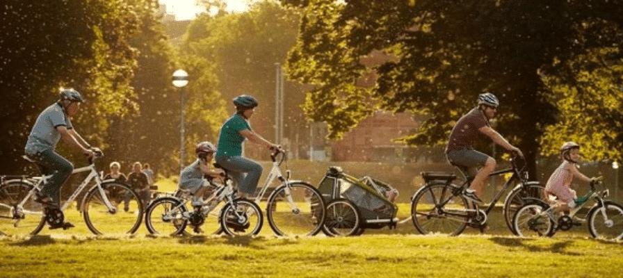 Familie fährt auf e-Bikes