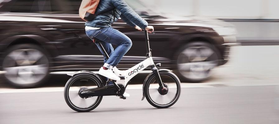 Mann fährt auf seinem GoCycle an einem Auto vorbei