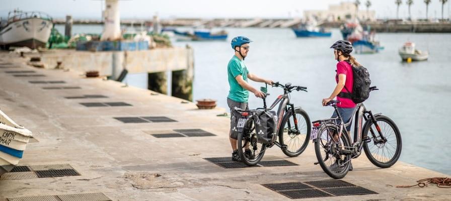 Pärchen steht mit seinen S-Pedelecs von Haibike am Hafen