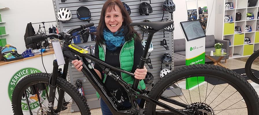 Iris aus der e-motion e-Bike Welt Sankt Wendel mit einem Bike von Specialized
