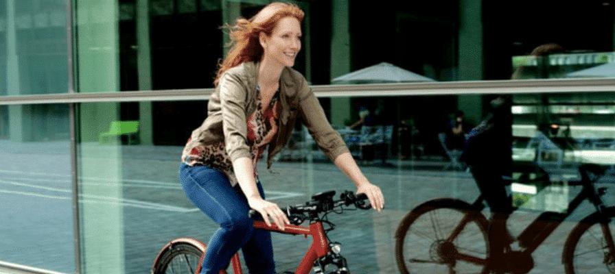Frau fährt auf Leasing e-Bike