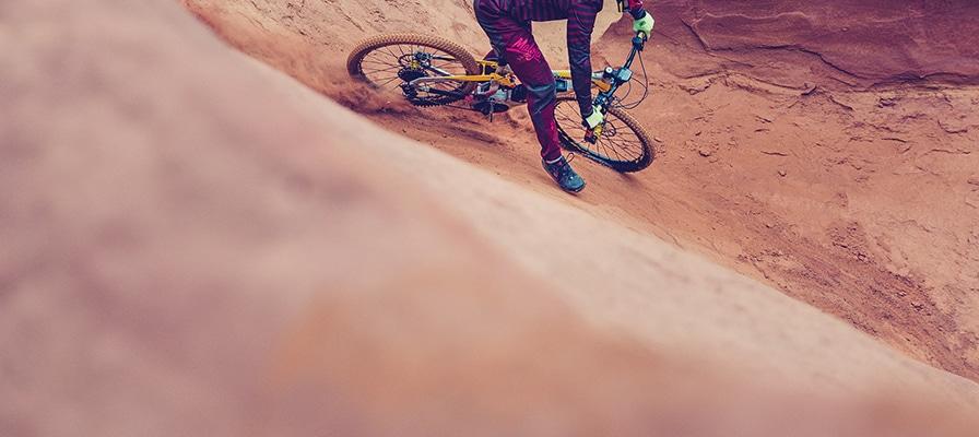 Stimmungsvolles Bild eines e-Bike Fahrers in sandigem Terrain