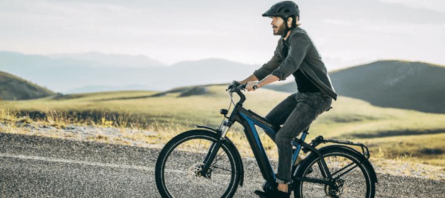 Mann fährt e-Bike Modell Riese und Müller Supercharger
