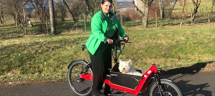 Azubine Sara Duda mit einem Lasten e-Bike von Riese & Müller