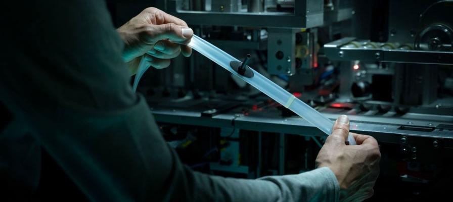 Mann hält einen Aerothan Tube Schlauch von Schwalbe ins Licht