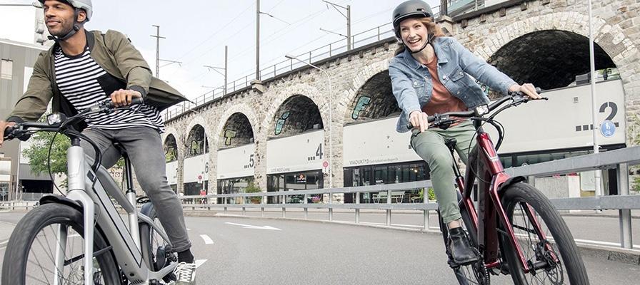 Eine Frau und ein Mann auf einem e-Bike von Stromer