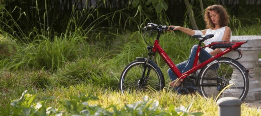 Frau im Grünen mit e-Bike