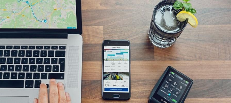 Laptop und Smartphone mit geöffneter Bosch App auf dem Tisch liegend