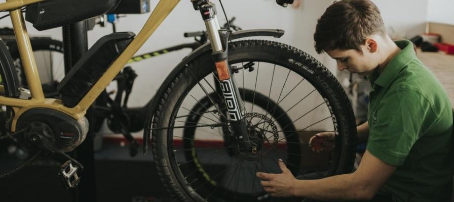 Frau arbeitet an e-Bike