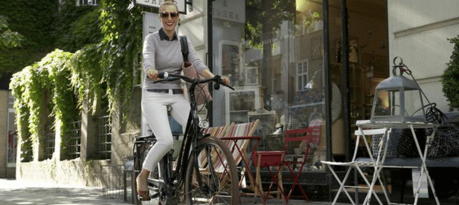 Frau mit e-Bike in der Innenstadt