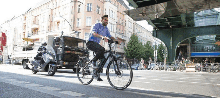 Mann fährt e-Bike